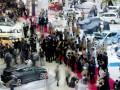 Pengunjung memadati pameran Indonesia International Motor Show (IIMS) 2012 di JIExpo, Jakarta, Kamis (20/9). Pameran otomotif tersebut berlangsung 20-30 September 2012 yang diikuti 35 merk kendaraan. (ANTARA/Rosa Panggabean)