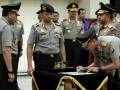 Kapolri Jendral (Pol) Timur Pradopo (kiri) menyaksikan Kapolda Nusa Tenggara Barat (NTB) yang baru Brigjen (Pol) Mochamad Irawan (kanan) menandatanagi surat pada serah terima jabatan Kapolda NTB, di Gedung Rupatama, Mabes Polri, Jakarta, Jumat (21/9). Mochamad Irawan menggantikan Brigjen (Pol) Arif Wachyudin dan menempati jabatan barunya sebagai Sahlisospol Kapolri. (ANTARA/Willy)