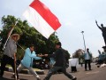 Sejumlah mahasiswa melakukan aksi teaterikal ketika memperingati Hari Tani di Solo, Jateng, Senin (24/9). Mereka menuntut pemerintah untuk lebih memperhatikan nasib kaum tani. (ANTARA/Akbar Nugroho Gumay)