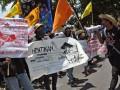 Sejumlah pengunjuk rasa membawa poster dan spanduk ketika memperingati Hari Tani di kantor Gubernur NTB di Mataram, Senin (24/9). Mereka menuntut pemerintah menghentikan monopoli lahan untuk pertambangan serta menaikkan subsidi untuk petani. (ANTARA/Ahmad Subaidi)