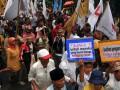 Sejumlah massa dari berbagai organisasi petani, buruh, nelayan dan mahasiswa mengelar Hari Tani Nasional di depan kantor Badan Pertanahan Nasional, Kebayoran Baru, Jakarta Selatan, Senin (24/9). Mereka menuntut pemerintah melindungi hak asasi petani, buruh dan nelayan serta hentikan segala bentuk perampasan tanah rakyat. (ANTARA/Zabur Karuru)