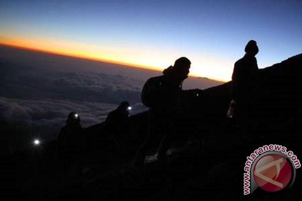 Ratusan pendaki rayakan Tahun Baru 2013 di Semeru