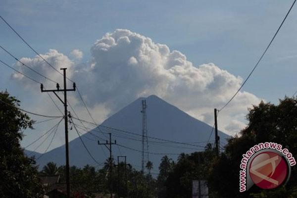 semburan gunung soputan gunung berapi soputan masih mengeluarkan debu ...