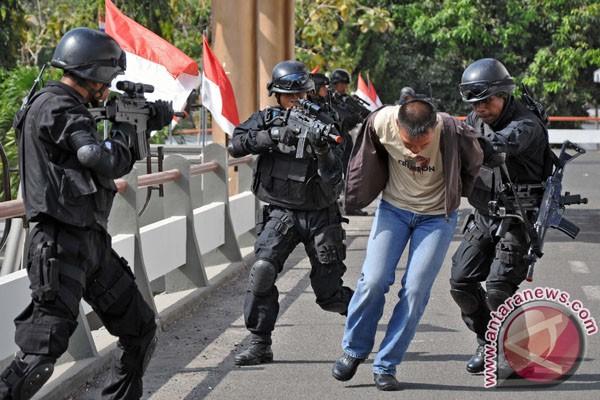 Yonif 900 Udayana latihan tangkap teroris