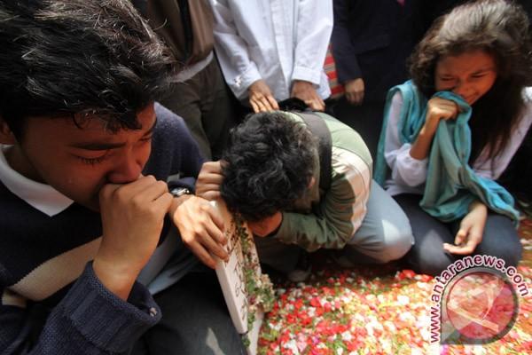sahabat almarhum alawy yusianto menangis di makam alamarhum alawy ...