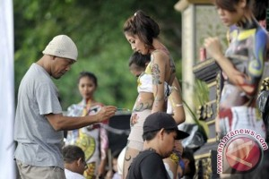 Foreign tourists join body painting attraction in Bali