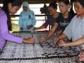 Sejumlah pekerja menyelesaikan motif batik 'Wamilahan' merupakan salah satu motif terbaik di Indonesia di sentra kerajinan Batik Banten, Kampung Kubil, Cipocok, Serang, Selasa (2/10). Batik sebagai salah satu warisan dunia dari Indonesia itu saat ini terus berkembang sesuai dengan jamannya. (ANTARA/Asep Fathulrahman)