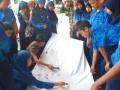 Sejumlah pelajar SMP membatik di atas kain sepanjang 10 meter di depan Markas Kodim 0612 Tarumanegara, Tasikmalaya, Jabar, Selasa (2/10). Kegiatan dalam rangka memperingati Hari Batik Nasional itu sebagai upaya mengenalkan dan menumbuhkan kecintaan terhadap kerajinan batik. (ANTARA/Feri Purnama)