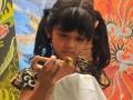 """Seorang anak belajar membatik tulis di kampung Batik Menteng Dalam, Jakarta, Selasa (2/9). Hari Batik Nasional diperingati setelah batik resmi dikukuhkan UNESCO sebagai Warisan Kemanusiaan untuk Budaya Lisan"""", pada 2 Oktober 2009. (ANTARA/Zabur Karuru)"""