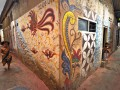 Seorang anak berlari disamping mural batik yang tergambar di dinding rumah di kampung Batik Menteng Dalam, Jakarta, Selasa (2/9). Pada Hari Batik Nasional sejumlah warga berharap kepada pemerintah agar kampung batik dapat menjadi salah satu kampung wisata di Kota Jakarta. (ANTARA/Zabur Karuru)