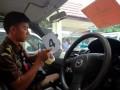 Sejumlah jaksa memasang bukti penyitaan terhadap mobil PT Sumigita Jaya di Pekanbaru, Selasa (2/10). Tim Penyidik Kejaksaan Agung menyita 18 unit mobil perusahaan PT Sumigita Jaya, yang bersama PT Green Planet menjadi kontraktor proyek bioremediasi PT Chevron Pacific Indonesia di Riau. Proyek itu dinilai merugikan negara sebab kedua kontraktor tidak memiliki klasifikasi teknis dan sertifikasi sebagai perusahaan di bidang pengolahan limbah. (FOTO ANTARA/FB Anggoro)