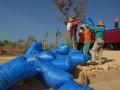 Sejumlah buruh menaikkan garam ke atas truk, di Desa Buder, Pademawu, Pamekasan, Jatim, Kamis (4/8). Mereka mendapat bayaran Rp 30.000 hingga Rp.60.000, per satu ton yang dibagikan kepada sekitar 30 hingga 40 buruh lainnya. (ANTARA/ Saiful Bahri)