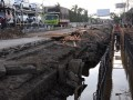Sejumlah pekerja menyelesaikan pembuatan saluran drainase saat perbaikan jalur pantura di JalanYos Sudarso, Tegal, Jateng, Jumat (5/10). Perbaikan jalur pantura kembali dikerjakan setelah sempat terhenti saat Lebaran dan untuk mengantisipasi banjir rob hingga ke jalur pantura, dibangun saluran drainase dipinggir jalan tersebut. (FOTO ANTARA/Oky Lukmansyah)