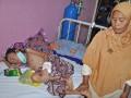 SH (8) ditemani neneknya, satu dari 4 pasien gizi buruk yang saat ini dirawat di Bangsal Dahlia Rumah Sakit Umum Provinsi (RSUP) NTB di Mataram, Kamis (11/10). Menurut data RSUP NTB selama bulan Juli-Oktober 2012 menangani pasien gizi buruk (Marasmus) yang rata-rata terjadi akibat keadaan lingkungan dan pola asuh yang kurang baik sebanyak 22 orang dimana 3 diantaranya meninggal dunia. (ANTARA/Ahmad Subaidi)