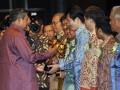 Presiden Susilo Bambang Yudhoyono (kiri) menyerahkan penghargaan Primaniyarta kepada Direktur PT Pindo Deli Pulp and Paper Mills , John Yeh pada acara pembukaan Trade Expo Indonesia 2012 di Jakarta, Rabu (17/10). PT Pindo Deli Pulp and Paper Mills yang merupakan unit usaha naungan Asian Pulp and Paper (APP) meraih Primaniyarta kategori pembangunan merek global. (FOTO ANTARA/Prasetyo Utomo)