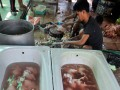 Seorang penjual ayam potong memotong ayam jualannya di Makassar, Susel, Kamis (25/10). Menjelang hari raya Idul Adha 1433 H, permintaan ayam meningkat hingga 500 persen dan ayam tersebut dijual Rp30 ribu hingga Rp50 ribu per ekor. (ANTARA/Yusran Uccang)