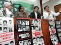 Mantan Ketua Pansus Penghilangan Orang Secara Paksa DPR MS Effendy Simbolon (kanan) bersama (dari kanan-kiri), Direktur Eksekutif Komisi untuk Orang Hilang dan Tindak Kekerasan (Kontras) Usman Hamid, Koordinator Kontras Haris Azhar, dan anggota Komisi I DPR Lily Wahid berbicara kepada wartawan terkait kasus penculikan dan penghilangan orang secara paksa tahun 1997-1998 di Kompleks Parlemen, Senayan, Jakarta, Rabu (24/10). Selama tiga tahun pemerintah dinilai mengabaikan rekomendasi DPR terkait kasus penculikan dan penghilangan orang secara paksa, Keluarga korban mendesak presiden segera menjalankan empat rekomendasi DPR terutama membentuk Keputusan Presiden tentang Pengadilan HAM Ad Hoc dan melakukan pencarian terhadap 13 korban yang dihilangkan secara paksa untuk menjamin kepastian hukum bagi keluarga korban. (FOTO ANTARA/Dhoni Setiawan)