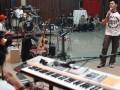 "Vokalis Noah, Ariel (kanan) melakukan latihan bersama jelang konser Noah ""The Greatest Session Of The History"" di Jakarta, Selasa, (30/10). Noah akan menggelar konser rangkaian ""Born To Make History"" pada Jumat (2/10), di Meis Ancol. (ANTARA/Agus Apriyanto)"