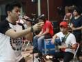"Vokalis Noah, Ariel (kiri) melakukan latihan bersama jelang konser Noah ""The Greatest Session Of The History"" di Jakarta, Selasa, (30/10). Noah akan menggelar konser rangkaian ""Born To Make History"" pada Jumat (2/10), di Meis Ancol. (ANTARA/Agus Apriyanto)"
