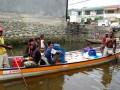 Sejumlah warga Kampung Injros dan Tobati mengambil air bersih dengan perahu dan menggunakan puluhan ember untuk kebutuhan hidup sehari-hari di Entrop, Jayapura, Papua, Rabu (31/10). Warga di dua kampung di pinggiran Kota Jayapura ini mengambil air bersih untuk keperluan sehari-hari dengan memanfaatkan kran yang dipasang dari pipa PDAM yang berada di kawasan kota. (FOTO ANTARA/Anang Budiono)