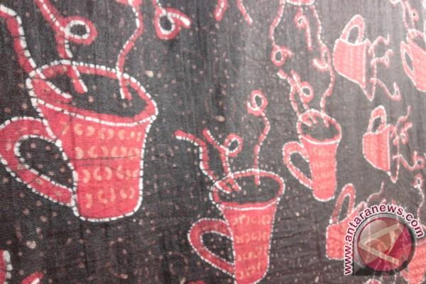 Gelas kopi dalam batik Belitung Timur