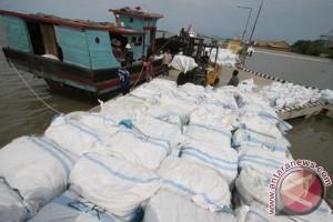 Puluhan karung pakaian bekas asal Malaysia diamankan TNI