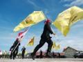 Prajurit Brimob Polda Aceh menampilkan atraksi bendera pada peringatan HUT ke-67 Brimob di Banda Aceh, Rabu (14/11). HUT Brimob di Aceh dimeriahkan dengan atraksi bendera, tarian saman dan memberikan penghargaan kepada prajurit berprestasi dalam mengungkap peredaran senjata illegal. (FOTO ANTARA/Ampelsa)
