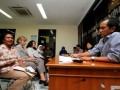 Korban pelanggaran HAM di Timor Leste Maria Magdalena (kiri) memaparkan kasus pelanggaran HAM yang terjadi di Timor Leste ketika bertemu dengan anggota Komnas HAM, Jakarta, Rabu (21/11). Dalam pertemuan tersebut korban dan Kontras meminta kepada Komnas HAM untuk mendorong Jaksa Agung segera melakukan penyidikan atas kasus pelanggaran HAM berat masa lalu yang telah diselidiki oleh Komnas HAM. (FOTO ANTARA/M Agung Rajasa)