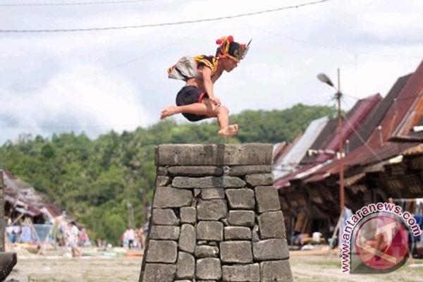 Tradisi Lompat Batu Nias yang Mengagumkan