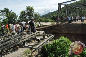 Dua jembatan rusak diterjang banjir di Riau