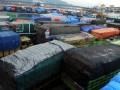 Truk yang akan menyebrang ke Sumatera menumpuk di Pelabuhan Merak, Banten, Jumat (14/12), karena layanan penyebrangan kapal roro terhambat cuaca buruk. Akibat cuaca buruk dan gelombang tinggi dari 32 kapal roro hanya 18 kapal berkapasitas mesin besar yang diizinkan beroperasi untuk mengimbangi ancaman gelombang. (FOTO ANTARA/Asep Fathulrahman)