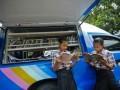 Siswa memanfaatkan fasilitas perpustakaan keliling di Solo, Jawa Tengah, Sabtu (15/12). Mobil Perpustakaan Keliling yang disediakan Badan Arsip dan Perpustakaan Daerah ini ditujukan untuk meningkatkan budaya gemar membaca bagi masyarakat. (FOTO ANTARA/Herka Yanis Pangaribowo)
