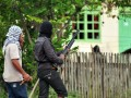 Seorang warga membawa sejata angin saat terlibat bentrok antara Desa Binangga dan Beka, Marawola, Kabupaten Sigi, Sulawesi Tengah, Senin (17/12). Bentrok menggunakan senjata dumdum, senapan angin, tombak, panah dan busur itu akhirnya dibubarkan aparat polisi/TNI sehingga tidak sempat menelan korban jiwa. (FOTO ANTARA/Zainuddin MN)