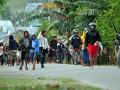 Warga dari Desa Binangga dan Beka terlibat saling serang ketika terjadi bentrok antar warga di Marawola, Sigi, Sulawesi Tengah, Senin (17/12). Bentrok menggunakan senjata dumdum, senapan angin, tombak, panah dan busur itu akhirnya dibubarkan aparat polisi/TNI sehingga tidak sempat menelan korban jiwa. (FOTO ANTARA/Zainuddin MN)