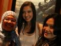 Pemeran Film 5 Cm, Raline Shah menyapa sejumlah penikmat film pada temu pemeran Film 5 Cm di Medan, Sumut, Minggu (16/12). Film drama Indonesia yang diangkat dari novel dengan judul yang sama itu bercerita tentang perjuangan dan persahabatan, dirilis pada 12 Desember lalu. (FOTO ANTARA/Septianda Perdana)