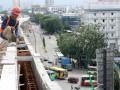 Salah satu pekerja membangun jalan tol di kawasan Tanjung Priuk, Jakarta, Selasa (25/12). Pembangunan jalan tol antara kawasan Plumpang dan Cakung sepanjang 9km diperkirakan selesai awal tahun 2013. (FOTO ANTARA/Regina Safri)