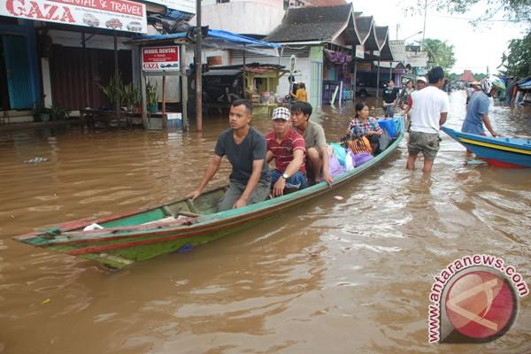 Banjir rendam sejumlah ruas jalan di Samarinda