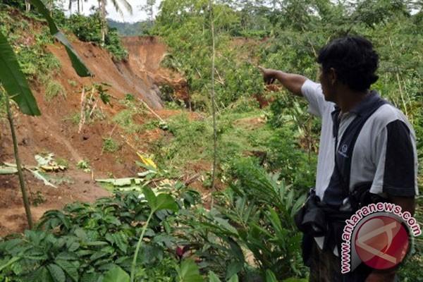Jalan alternatif Wanareja-Majenang tertimbun tanah longsor