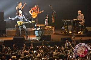 20121216STING3 Sarah Sechan puji musisi pengiring Sting