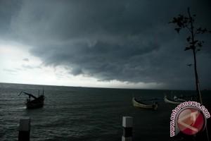2012121712 Waspadai cuaca ekstrem hingga pertengahan Januari