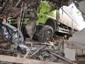 Seorang anak memperhatikan kontainer yang menabrak rumah di jalur pantura Desa Suradadi, Kabupaten Tegal, Jateng, Jumat (18/1). Kontainer bermuatan bahan masakan tersebut mengalami pecah ban depan kiri sehingga menabrak satu minibus, 3 sepeda motor, 4 gerobak, satu warung dan satu rumah mengakibatkan satu orang tewas. (FOTO ANTARA/Oky Lukmansyah)