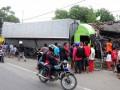 Sejumlah warga memerhatikan kontainer yang menabrak rumah di jalur pantura Desa Suradadi, Kabupaten Tegal, Jateng, Jumat (18/1). Kontainer bermuatan bahan masakan tersebut mengalami pecah ban depan kiri sehingga menabrak satu minibus, 3 sepeda motor, 4 gerobak, satu warung dan satu rumah mengakibatkan satu orang tewas. (FOTO ANTARA/Oky Lukmansyah)