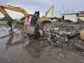 Dua eskavator beroperasi membersihkan sampah di sekitar pintu air Waduk Pluit, Jakarta Utara, Kamis (24/1). Pemerintah Provinsi DKI Jakarta telah menyiapakan anggaran sebesar 1 triliun rupiah untuk menormalisasi Waduk Pluit, karena kedalaman saat ini hanya 2-3 meter karena endapan lumpur dan sampah, serta menyempit karena banyak bangunan liar di sekitar waduk. (FOTO ANTARA/Yudhi Mahatma)