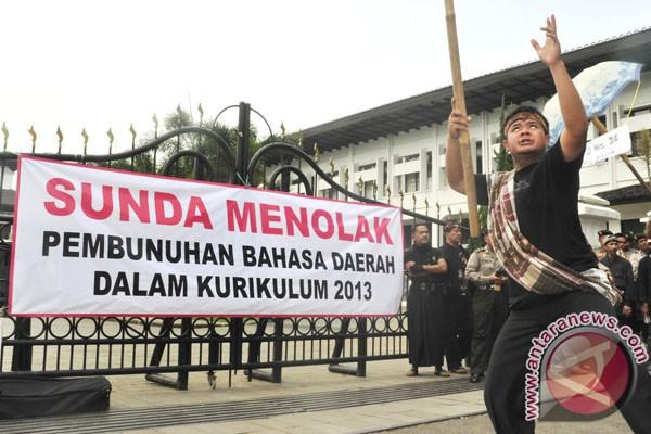 Bahasa Sunda terus tergerus
