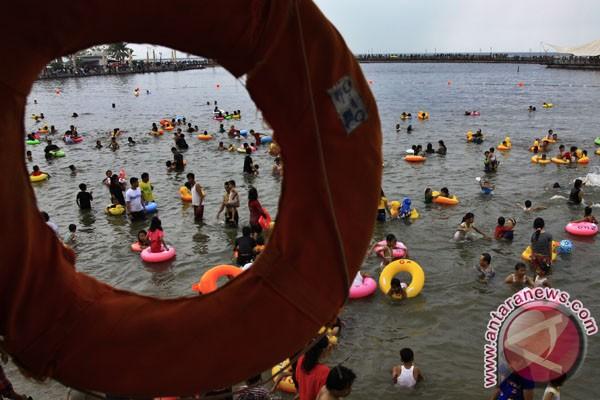 Usai ibadah Paskah, warga Ambon berwisata pantai