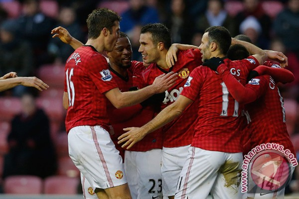 Striker Manchester United Robin Van Persie (tengah) merayakan gol yang