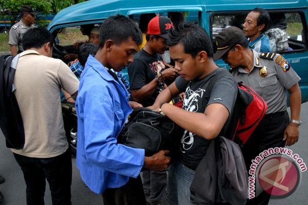 20130103Operasi Kejahatan Angkot EricIreng 020113 1 KEJAHATAN DI ANGKOT