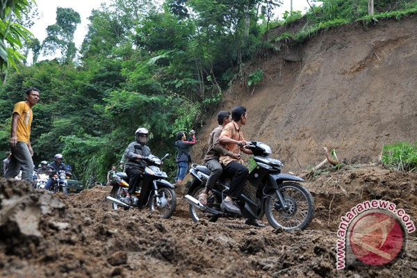 Hujan penyebab tanah longsor di Sulut