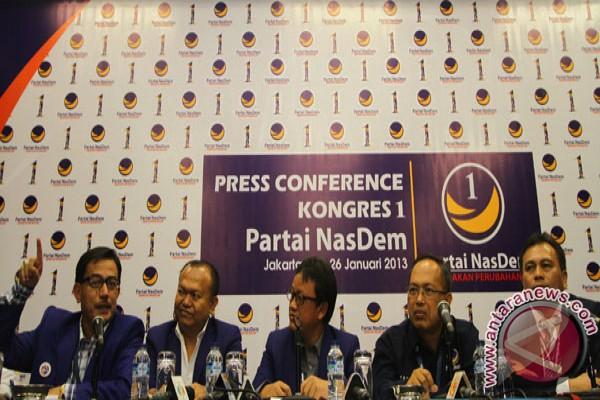 Ketua sidang kongres i partai nasdem fery m baldan (kiri), ketua