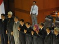 Para hakim agung terpilih bersama Wakil Ketua DPR Priyo Budi Santoso (tengah) memberi salam kepada anggota DPR usai disahkan dalam sidang paripurna di Kompleks Parlemen Senayan, Jakarta, Selasa (5/2). Sebanyak 8 hakim agung yang terpilih dalam uji kelayakan dan kepatutan di Komisi III disahkan dalam sidang tersebut. (FOTO ANTARA/Rosa Panggabean)